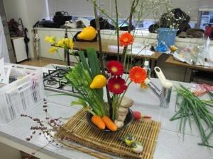 吳會長利用蔬果設計出獨特的花道作品