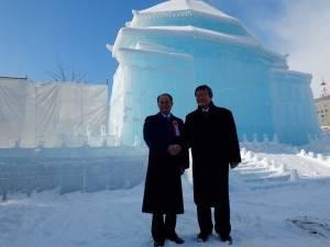 駐日代表處沈斯淳代表(左)與每日新聞社長朝比奈豐(右),在中正紀念堂冰雕前合影