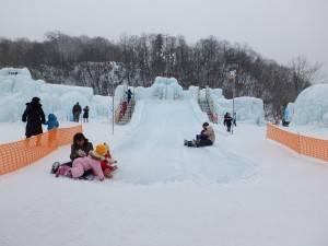 場內的冰滑梯,不論大人小孩皆玩的不亦樂乎