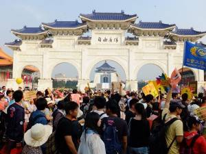 デモ隊は多くの観光客が集まる中正記念堂も通過した