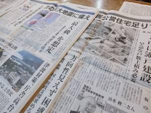 現在も震災報道に多くの紙面が割かされている福島民報も、安孫子監督が持参したもの
