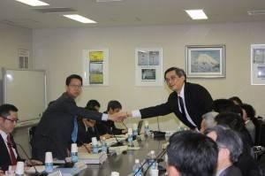 日方代表小松道彥團長(左)和台灣代表周學祐團長(右)於會議開始前握手合影