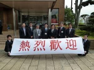 駐福岡辦事處處長戎義俊(右3)受到平戶市相關幹部熱烈歡迎情形