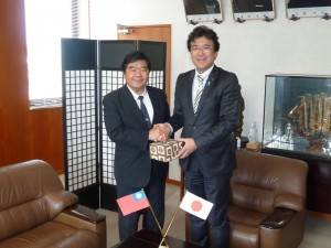 戎義俊處長(左)與黑田成彥市長(右)互贈紀念品