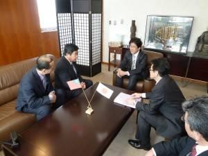 駐福岡辦事處處長戎義俊與平戶市市長黑田成彥交換意見