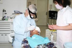 正在為患者施術的張伯寅醫師