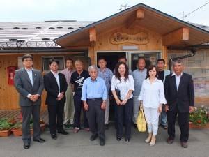 臨時住宅區自治會會長市川一(前排右4)與臨時住宅區的居民和東京台灣商會一行人合影