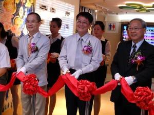 (左から)華陽国際企業周晣平執行長、交通部陳純敬政務次長、台湾鉄路管理局范植谷局長