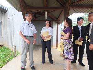 福島愛育園園長齋藤久夫(左1)向到訪的東京台灣商會一行人介紹園內設施