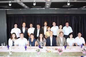 東京台灣商會初次正式拜會橫濱辦事處,與當地僑商接觸,一行人合影留念