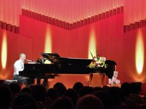 曾是專業爵士鋼琴家的趙雲華,轉任外交官之後,仍堅持以音樂外交和國際友人交流