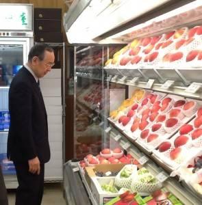 山梨縣知事橫內正明訪台期間,特地到台北市內水果店勘察山梨縣產的水蜜桃販賣情況