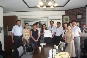 專程拜會僑務委員鄭尊仁(右5),並邀請他出任東京台灣商會顧問