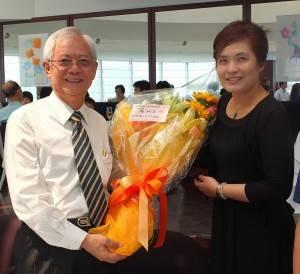 由傑人會日本總會理事岡本凌玲(右)代表獻花給前總會長廖祿立