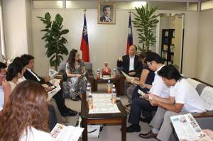 在辦事處內,聽處長李明宗解說橫濱中華學校校地紛爭事宜
