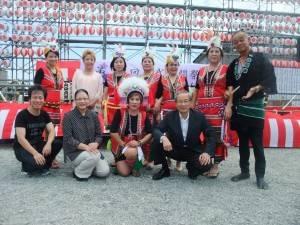 山梨台灣總會與原住民舞蹈團成員,和日本貴賓合影