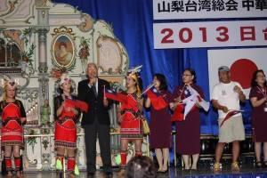 「雨夜花」を山梨県議会元議員深澤登志夫氏と合唱