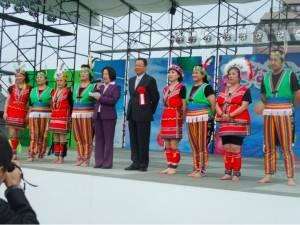 山梨台灣總會會長余麗玉(左5)、僑務組組長趙雲華(左6)和原住民舞蹈團成員