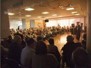 玉穗照護中心內住有約百位老人,大家齊聚一起欣賞山梨台灣總會帶來的演出