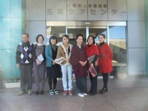 山梨台灣總會會長余麗玉(右2)率領會員和雜技團到老人院進行義演