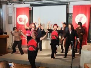 舞踊團成員與民眾一起在台上共舞