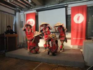 山梨台灣總會原住民舞踊團表演《請人來作客》