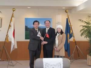 橫濱辦事處處長粘信士伉儷與靜岡縣知事川勝平太(左1)合影