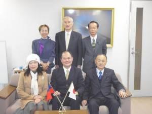 駐橫濱辦事處處長粘信士伉儷(前排左1、2)訪問靜岡縣日華友好議員連盟