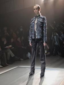 古又文從布料的開發到服裝製作,相當費時又費工,秀上可看到他以「手工布料表面處理」的方式研發的新布料