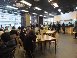 今天開幕,特別和併設的咖啡廳借場地,招呼客人,沒一會店內也都坐滿了人