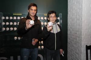 《KANO》監製魏德聖(右)和導演馬志翔(左),兩人在甲子園博物館留下簽名球(照片提供:果子電影)