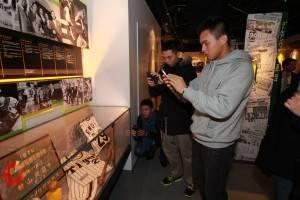 球員們在甲子園博物館裡難掩興奮之情,紛紛拿出手機拍照(照片提供:果子電影)