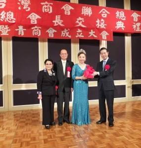 交接大會上,在駐日代表沈斯淳(左2)和世界台灣商會聯合總會總會長楊信(右1)監交下,由新舊任總會長進行印信交接