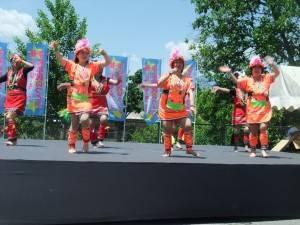 原住民舞踊團赤腳在炙熱的舞台上表演迎賓舞