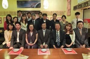 駐日代表處副代表陳調和(前排右4)和僑務組組長趙雲華(前排右3)與東京台商會幹部及青年部成員聚餐