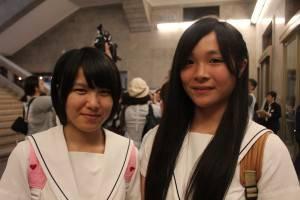 「翠玉白菜」を鑑賞した相馬東高校1年の大田麗さん(写真:右)