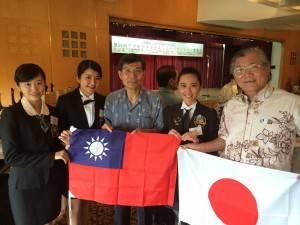 駐那霸辦事處處長蘇啟誠(左3)和琉球華僑總會會長林國源(右1)和台灣選手合影