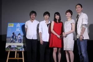 舞台挨拶にて。左から萩生田宏治監督、郭智博、黒川芽以、テレサ・チー、コウ・ガ