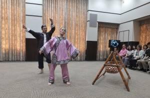 由舞者莊媛婷和林智偉演出蔡瑞月出獄後首部作品《傀儡上陣》