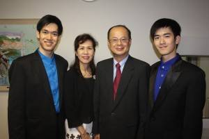 左からリチャードリンさん、台北駐日経済文化代表処の沈斯淳代表夫妻、ロバートリンさん