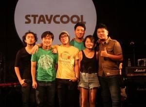 STAYCOOLのメンバー。左からサポートドラマーのAJ、ベースのミッチェル、ボーカル・アコースティックギター・作詞のウィル、作曲・キーボード・ドラム・ジャンベのスタンリーヴィオラのトレイシー、エレクトリックギターのブライアン、