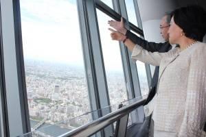 101・宋文琪社長はスカイツリー・伊藤正明社長の案内でスカイツリー350メートル地点の展望台を視察
