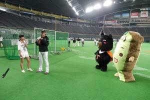 台灣喔熊與台灣達在場邊陪陽岱鋼熱身練球(照片提供:觀光局)