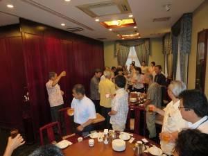 琉球華僑總會會長林國源領導與會人士乾杯