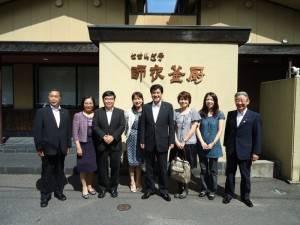 美禰市市長村田弘司(右4)設宴招待駐處一行人