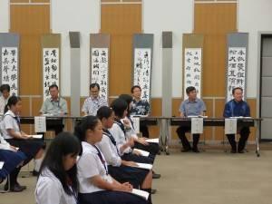 駐那霸辦事處處長蘇啟誠(右2)和沖繩縣教育長諸見里明(右1)等人,列席聽取學生發表作品