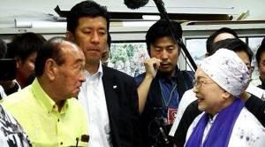 蔡雪泥(右)與沖繩縣知事仲井真弘多(左,著黃色上衣者)會面