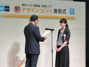 包謹慈(右)出席頒獎典禮(照片提供:東京Metro地鐵)