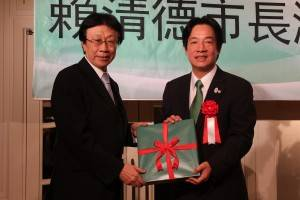 日本台医人協会・大山青峰氏から記念品を贈呈される頼清徳市長