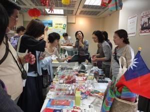 台灣味十足的小物販賣攤位前,擠滿了有興趣的民眾